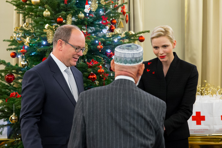 Le Couple Princier distribue des cadeaux à Noël