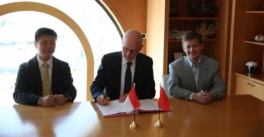Gvt-Alipay Agreement: HE  Serge Telle, Minister of State (center), Douglas Feagin, Senior Vice-President of International Development, Ant Financial Services Group (right) and Tony, Vice President of Fliggy Tavel (left). © DR
