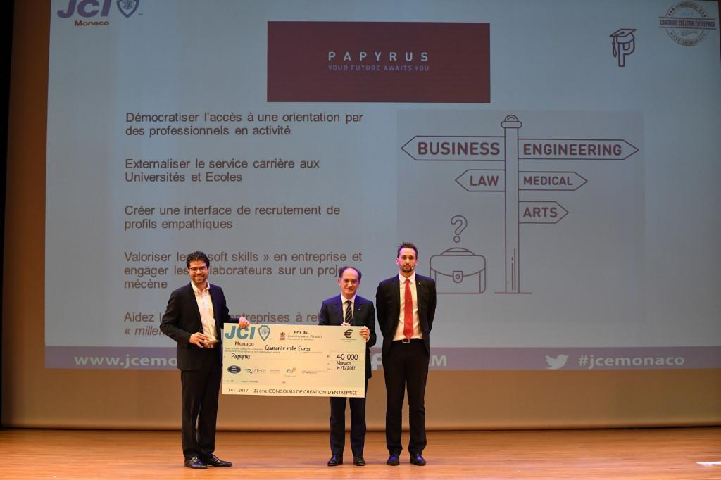 Jean Castellini awards the Prince's Government Prize to Robert Boisbouvier. Photo: Manuel Vitali /DC