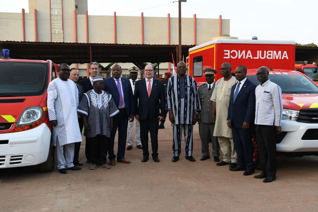 With Prince Albert Gilles Tonelli, Minister of Foreign Affairs, Colonel Tony Varo, Head of the Monaco Fire Brigade Corps, Seydou Diakité, Honorary Consul of Monaco in Burkina Faso, Alpha Barry, Minister of Foreign Affairs,  Simeon Sawadogo, Minister of Territorial Administration and Decentralisation, Colonel Ernest Kisbedo, Commander of the National Brigade Firefighters and Colonel Abel Zongo, Director of the Higher Institute of Civil Protection Studies. Photo: Manuel Vitali/DC