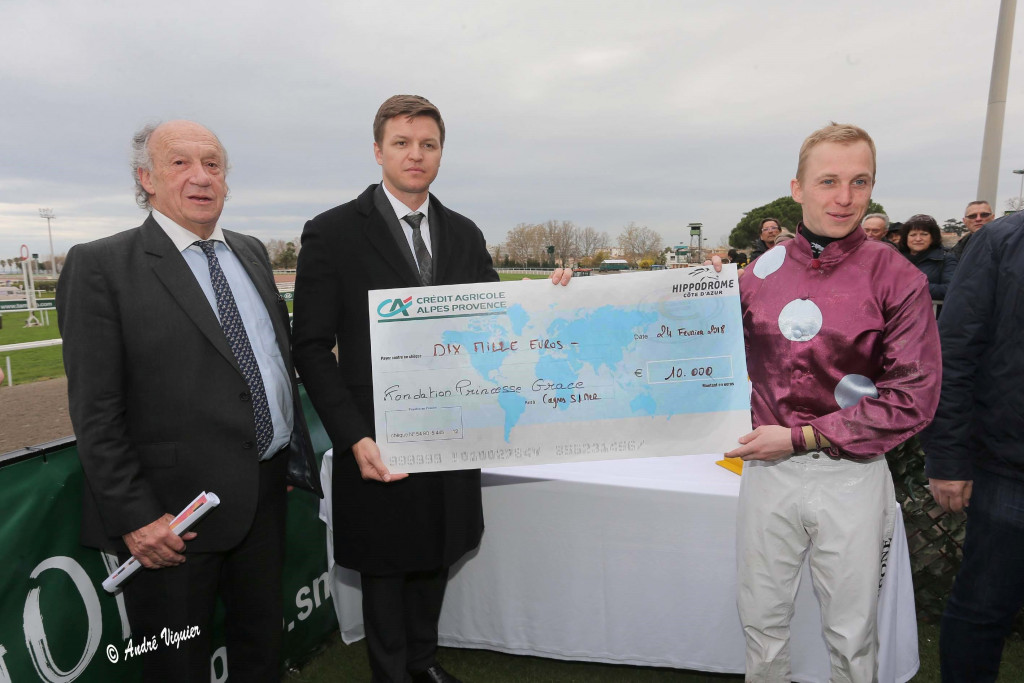 Gareth Wittstock (centre) presenting first prize. Photo: André Viguier