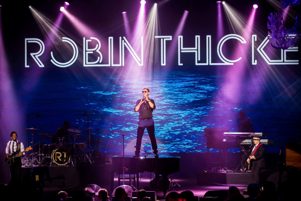 Robin Thicke on stage.
