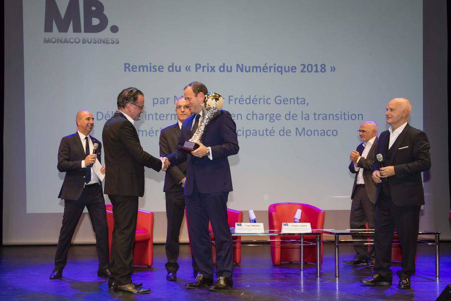 Frédéric Genta presenting the 1st Digital Prize to Dr. Thierry Desjardins of Surgisafe for the Tamanoir project. © Directorate of Communication / Stéphane Danna