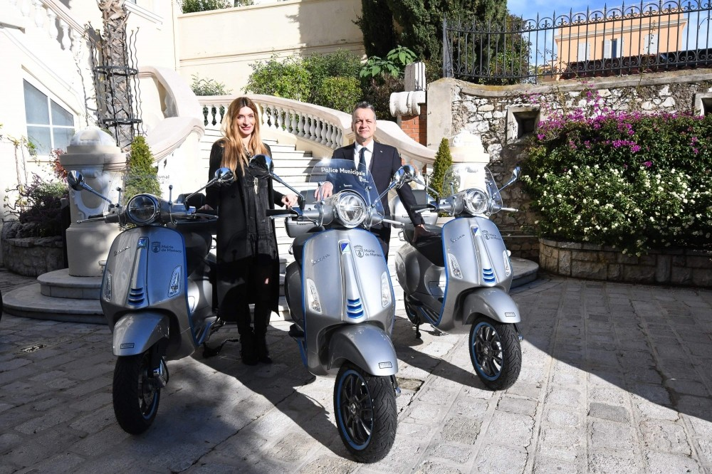 Le Maire Georges Marsan et Marjorie Crovetto Harroch, Adjoint au Maire, Délégué au Cadre de Vie, à l'Environnement et au Développement durable, avec les trois nouveaux scooters électriques.